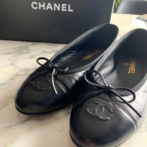 Chanel Black Calfskin Ballet Flats. Size 39.